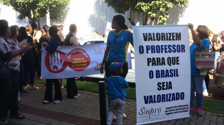 Professores de creches filantrópicas de Londrina paralisam atividades por reajuste salarial